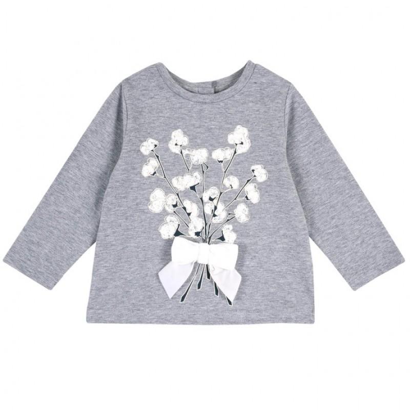 Blusa gris con flores blancas